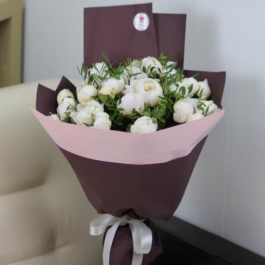 25 белых пионов с зеленью в дизайнерской упаковке: букеты цветов на заказ Flowwow