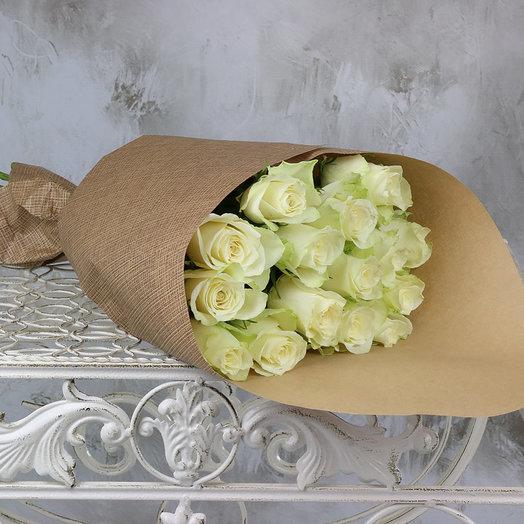 Букет из 15 белых роз 40 см в крафте
