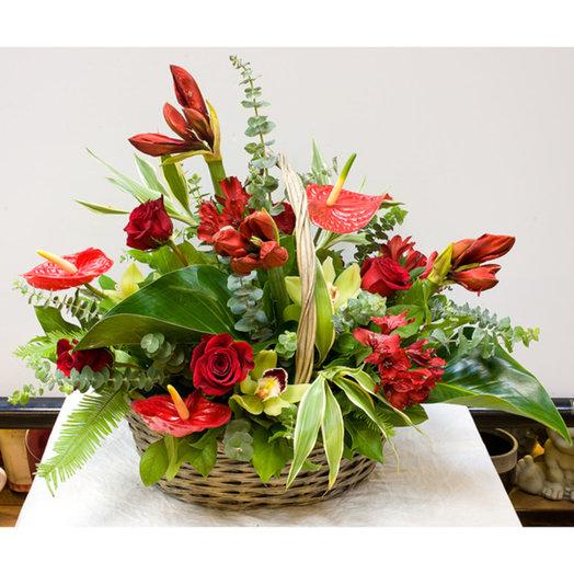 Корзина цветов Торжественная: букеты цветов на заказ Flowwow