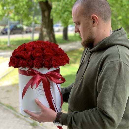 51 красная роза в белой коробке
