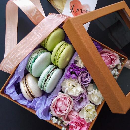 Цветы с макарунами в коробке