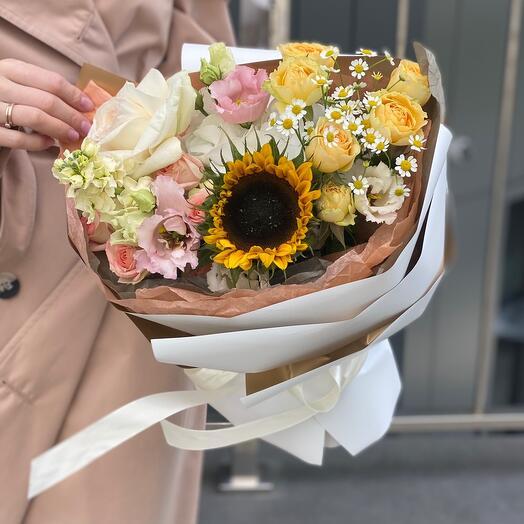 Букет Осенняя соната из подсолнуха, маттиолы, роз, гортензии и танацетума