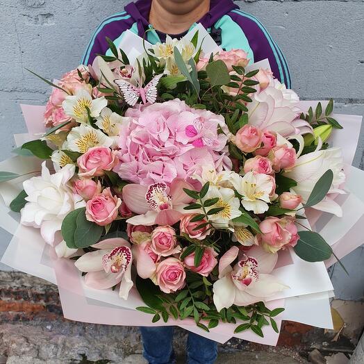 Стильный букет с орхидеей, гортензией и кустовой розой