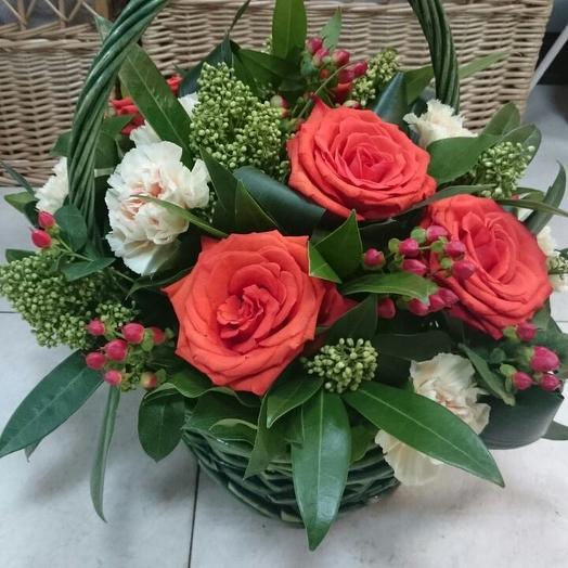 Пышные розы в корзине с гвоздиками и скиммией: букеты цветов на заказ Flowwow