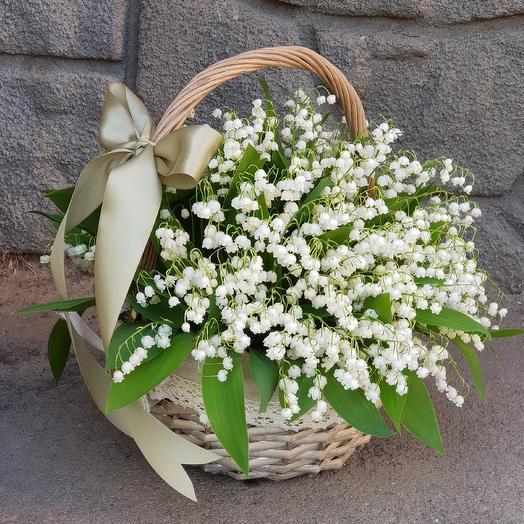 Корзинка с ландышами: букеты цветов на заказ Flowwow