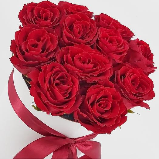 11 красных роз в шляпной коробке