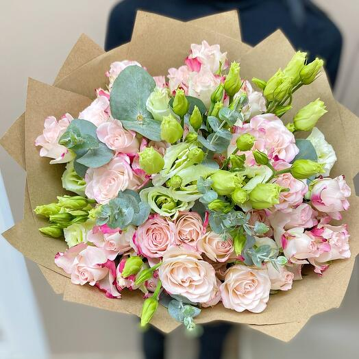 Нежный букет из кустовых роз, эустом и эвкалипта