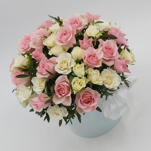 Нежность: кустовые розы в коробке