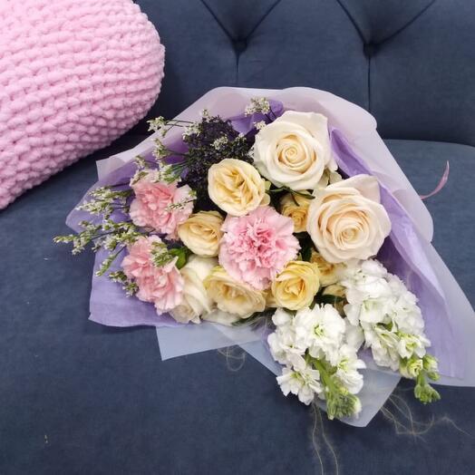 Сумерки, букет с кустовой розой