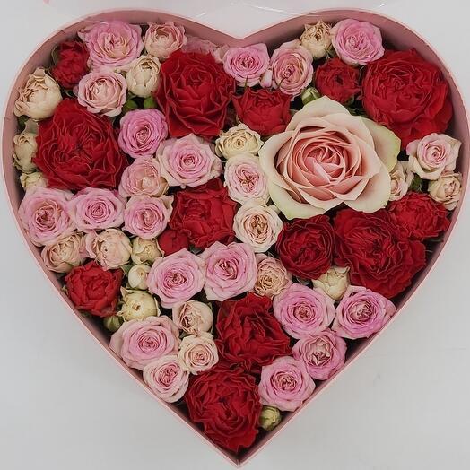 Романтика: розы в коробке сердце