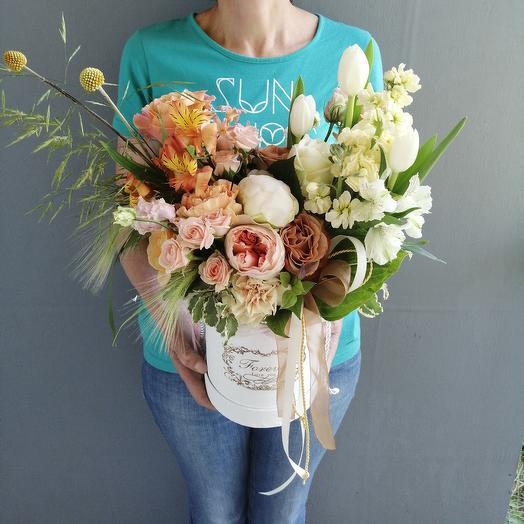 Шляпная коробка с розой Каппучино, пионом, маттиолой Кофейные облака: букеты цветов на заказ Flowwow