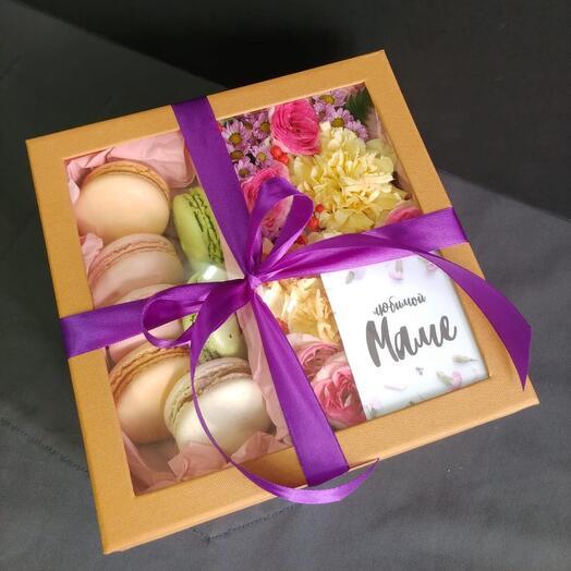 Макаруны L коробка с цветами и макарунами